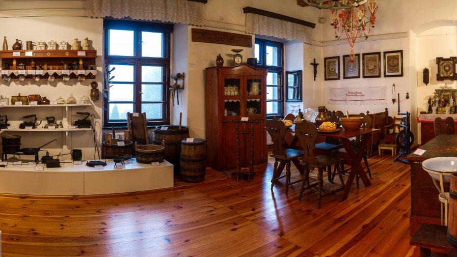 Sala wystawy etnograficznej (fot. Leszek Zdrach)